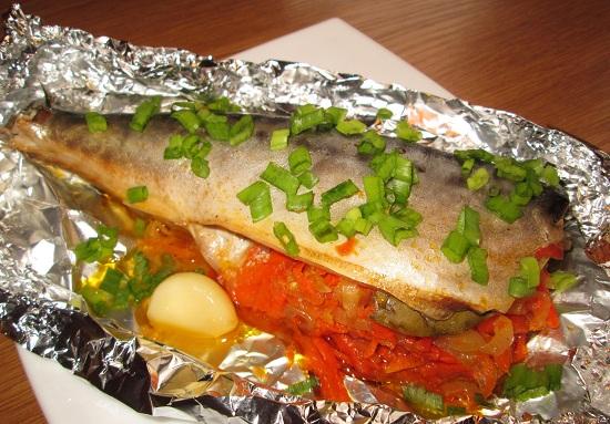Вкусная фаршированная скумбрия, тушеная с морковью и луком 1