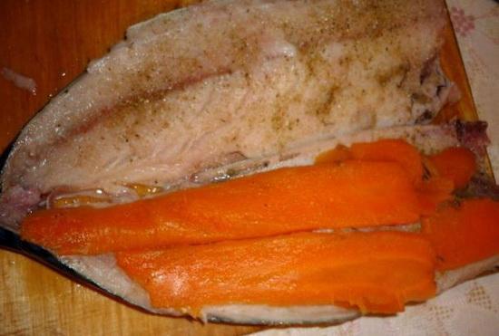 Вкусная фаршированная скумбрия, тушеная с морковью и луком 3