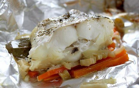 Как вкусно приготовить минтай в духовке со сметаной, майонезом, картошкой в фольге - рецепт с фото 4