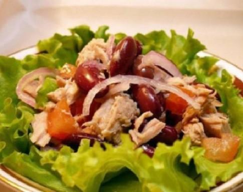 Диетический салат с тунцом консервированным, огурцом и помидорами