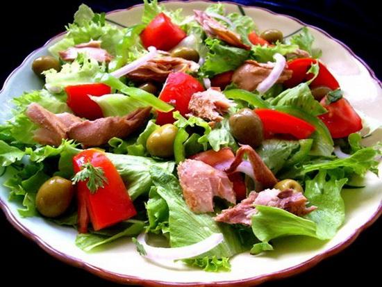 Диетический салат с тунцом консервированным, огурцом и помидорами 2