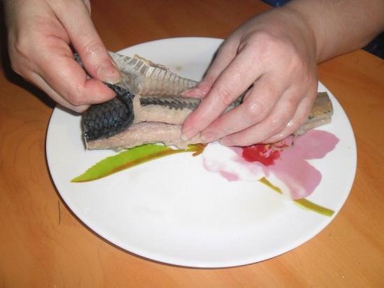 Как чистить селедку от костей - видео, как можно очистить рыбу одним движением 2