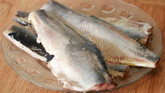 Как чистить селедку от костей - видео, как можно очистить рыбу одним движением 3