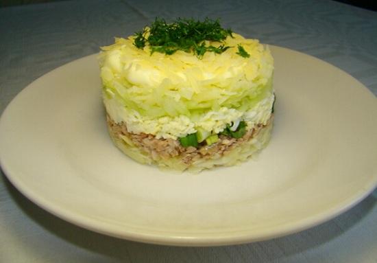 Салат с сайрой консервированной слоями с картофелем 1