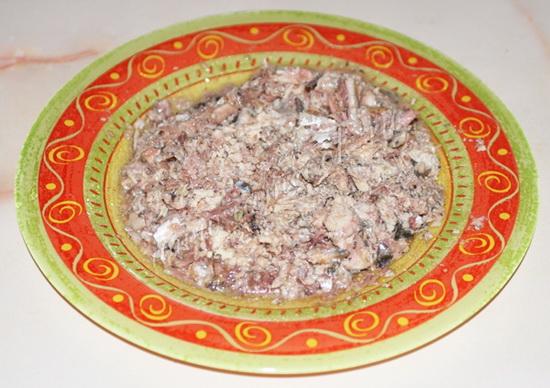 Салат с сайрой консервированной слоями с картофелем 3