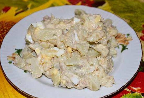 Салат с сайрой консервированной слоями с картофелем 4