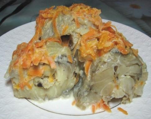 Как приготовить минтай тушеный с морковью и луком — диетический рецепт
