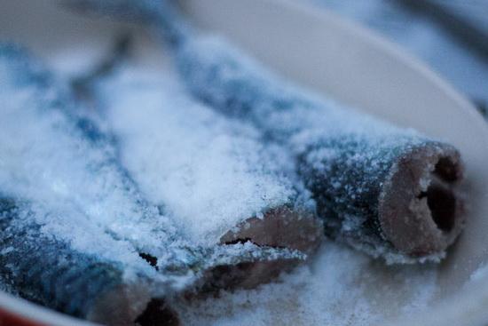 Засолка скумбрии кусочками и целиком сухим способом и в рассоле в домашних условиях 4