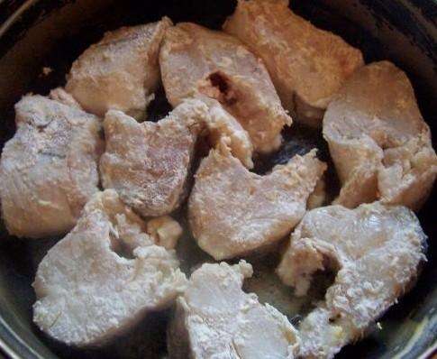 Как можно приготовить пикшу в сметане на сковороде?