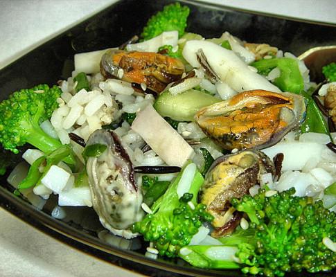 Вкусный салат из маринованных мидий