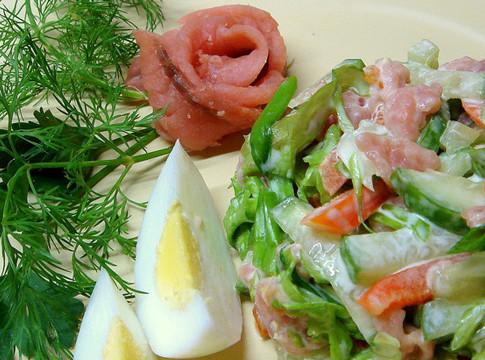 Вкусный салат с соленой горбушей с картошкой, капустой и клюквой