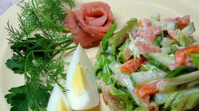 салат из соленой горбуши 1