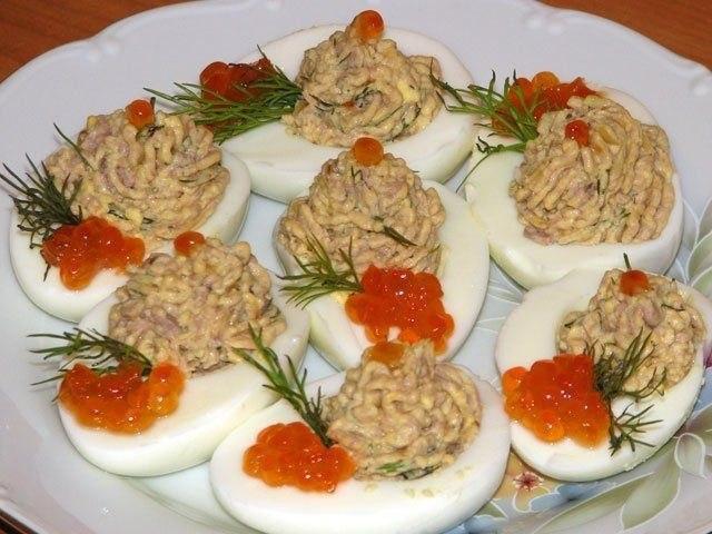 яйца фаршированные печенью трески 1